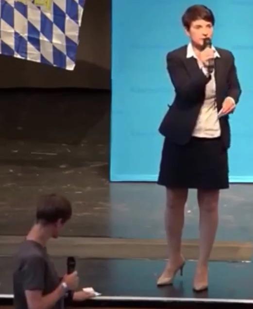 AfD-Chefin Frauke Petry muss Oberschüler über den Unterschied zwischen Smog und CO2 belehren.