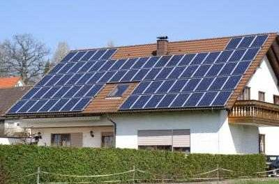 Im Gegensatz zum populären Glauben, reduziert die Speicherung von Solarenergie im Haushalt weder Stromkosten noch Emissionen