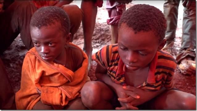 Kinder-Bergarbeiter im Alter von vier Jahren erleben die Hölle auf Erden, damit SIE ein Elektroauto fahren können