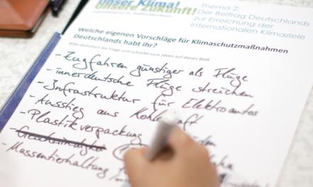 Die junge Klimagarde mit der Weltrettungsbibel von Frau Hendricks auf dem Weg zum Train to Bonn