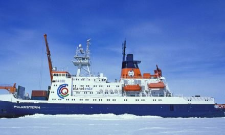 Eisbrecher Forschungsschiff Polarstern steckt im Eis fest.