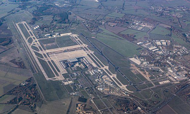 14 Jahre nach Baubeginn endlich Öffnung des Berliner Großflughafens – und Klimaschützer protestieren dagegen
